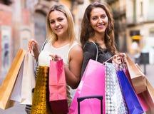 Девушки с хозяйственными сумками на улице Стоковые Изображения RF