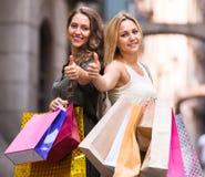 Девушки с хозяйственными сумками на улице Стоковое Изображение