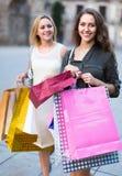 Девушки с хозяйственными сумками на улице Стоковое Фото