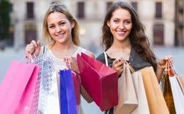 Девушки с хозяйственными сумками на улице Стоковые Фотографии RF
