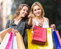 Девушки с хозяйственными сумками на улице Стоковое Изображение RF