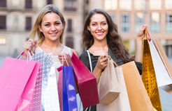 Девушки с хозяйственными сумками на улице Стоковая Фотография