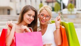 Девушки с хозяйственными сумками Стоковые Изображения RF