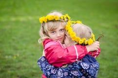 Девушки с цепью одуванчика Стоковое Изображение