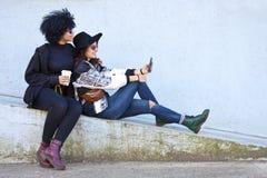 Девушки с цифровой таблеткой Стоковая Фотография RF