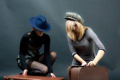 Девушки с чемоданом Стоковое Фото