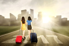 Девушки с чемоданом и 2017 Стоковое фото RF