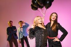 Девушки с черными воздушными шарами Стоковые Изображения