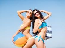 Девушки с шариком на пляже Стоковые Изображения