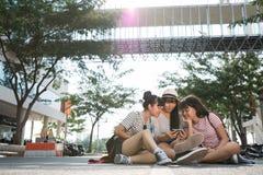 Девушки с smartphone Стоковые Изображения RF