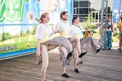 Девушки танцуют на празднике Ивана Kupala Стоковые Фото