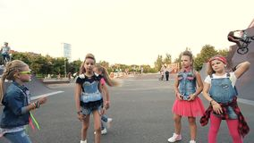 Девушки танцуют на спортивной площадке акции видеоматериалы