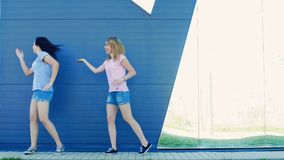 Девушки танцуя в парке видеоматериал