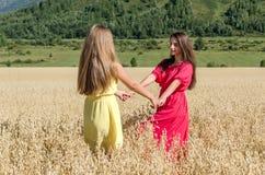 Девушки танцуя в поле Стоковое Фото
