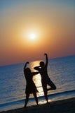 Девушки танцуя на заходе солнца Стоковые Изображения RF