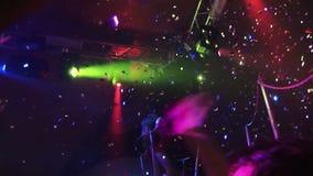 Девушки танцуя на партии на клубе фотограф акции видеоматериалы