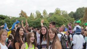 Девушки танцуя на фестивале акции видеоматериалы
