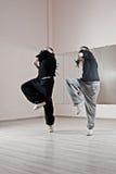 девушки танцы одновременно 2 стоковая фотография rf