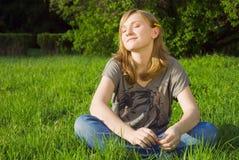 девушки травы детеныши довольно Стоковые Фотографии RF