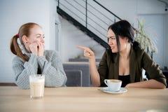 2 девушки требуя в ссоре на caffeteria стоковые фото