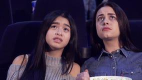 Девушки тревожатся о характерах кино на кино стоковые фото