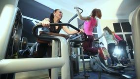 Девушки тренируют в спортзале акции видеоматериалы