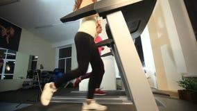 Девушки тренируют в спортзале видеоматериал