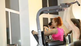 Девушки тренируют в спортзале сток-видео