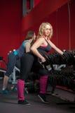 Девушки тренируя с freeweights в фитнес-центре Стоковое Изображение RF