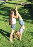 Девушки тренируя handstand Стоковое Фото