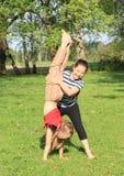 Девушки тренируя handstand Стоковое Изображение RF