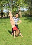 Девушки тренируя handstand Стоковая Фотография RF
