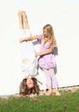 Девушки тренируя handstand Стоковая Фотография