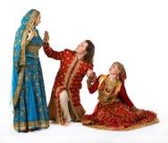 девушки укомплектовывают личным составом ся личным составом детенышей Стоковая Фотография RF