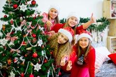 Девушки украшают рождественскую елку Стоковые Фотографии RF