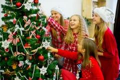 Девушки украшают рождественскую елку Стоковые Изображения