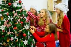 Девушки украшают рождественскую елку Стоковые Фото