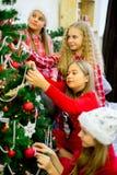 Девушки украшают рождественскую елку Стоковое фото RF
