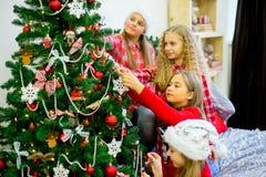 Девушки украшают рождественскую елку Стоковая Фотография RF