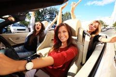 3 девушки управляя в обратимом автомобиле и имея потеху Стоковое Изображение