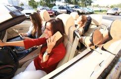 3 девушки управляя в обратимом автомобиле и имея потеху Стоковые Изображения RF