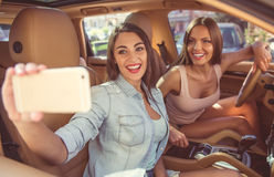Девушки управляя автомобилем Стоковое Изображение