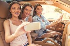 Девушки управляя автомобилем Стоковые Изображения