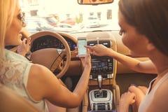 Девушки управляя автомобилем Стоковые Фото