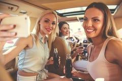 Девушки управляя автомобилем Стоковое Изображение RF