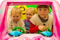 Девушки управляя в автомобиле Стоковое Изображение RF