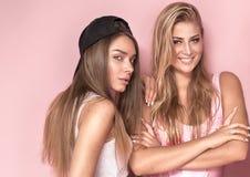 2 девушки усмехаться, смотря камеру Стоковое Фото