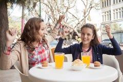 Девушки усмехаясь на камере Стоковое Фото