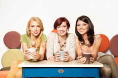 Девушки усмехаясь на софе Стоковое фото RF