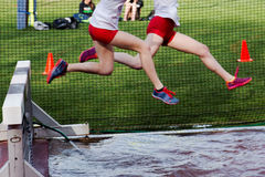 Девушки участвуя в гонке бег с препятствиями Стоковые Изображения